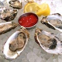 モロベイ(カリフォルニア)  塩味のあるモロベイ産の小ぶりな牡蠣Grassy barにはぎゅっとレモンだけ絞り、サンタ・バーバラ産の白ワインSeaglass(ソーヴィニヨン・ブラン)と一緒に。メインにクラムチャウダーとフィッシュ&チップスでたっぷりタウリン補給の週末ランチ。  シーフード・レストランDutchman's Seafood Houseにて。  #morrobay #california #seafood #oyster
