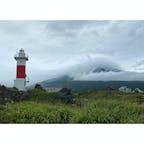沓形岬(くつがたみさき)灯台 バイクで北海道の旅に出かけ、フェリーで利尻島へと上陸しました。 真夏でしたが、非常に寒く此処が利尻島と実感しました。一周しながら利尻島郷土資料館と沓形岬(くつがたみさき)灯台だけは立ち寄っていくことにしました。  灯台付近は溶岩と思いますが、ゴロゴロで、まぁ島全体が火山なんでしょう。  #全国灯台巡り #サント船長の写真