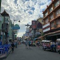 Bangkok(🇹🇭)  カオサン通り! 気ぃついたら後ろにゲテモノ料理持ってる店員ウヨウヨしててほんまに走るわ叫ぶわ大変🤔🤔