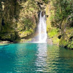 高知 にこ淵🍁 美しい青の仁淀ブルーが見れました。 滝に虹もかかっていてラッキー🥳 滝に行く時に急な階段を降りたり、滝の周りは岩場なのでスニーカーがおすすめです🚶♀️