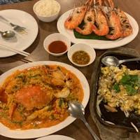 Somboon seafood (🇹🇭)  結構上品な服着た方多くて、、 タイパンツ履いてた私ら場違い?🥲  私らのテーブルに1人のスタッフがついてくれて海老の皮剥いてくれたり説明してくれたり、何から何までしていただいた🤣美味しかった〜!