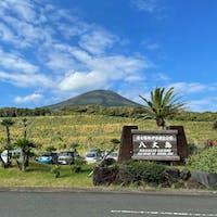 ずっと気になっていた、八丈島へ。 羽田空港から飛行機で約1時間。 両サイドに山。中心に空港があります。 移動するならレンタカー🚗が1番。  #八丈島 #八丈島富士 #11月にgotoでお得に。