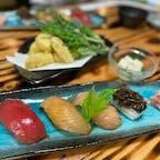 八丈島の郷土料理🍣  #島寿司  醤油ベースのタレに漬けてヅケにし、 シャリは少し甘めの酢飯。 ワサビの代わりにカラシが入ってます。 このカラシが全然辛くない!!  予約なしで食べることもできますが、 予約しておいたほうが確実。