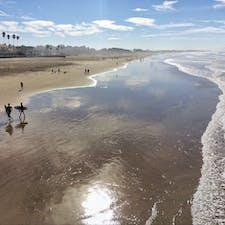 ピスモビーチ(カリフォルニア)  季節を問わずサーファーに人気の、ピスモ・ステート・ビーチ。桟橋はボードウォークになっていて、水平線を眺めながらのお散歩も気持ちいいけれど、風の強い日が多いので一年中長袖が手放せない。  #pismobeach #california #surfing #pismopier #pismostatebeach