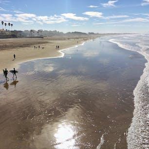 ピスモビーチ(カリフォルニア)  季節を問わずサーファーに人気のピスモ・ステート・ビーチ。桟橋はボードウォークになっていてお散歩も気持ちいいけれど、風の強い日が多いので一年中長袖が手放せない。  #pismobeach #california #surfing #pismopier #pismostatebeach