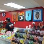 ピスモビーチ(カリフォルニア)  日本でもプロントと言う雑誌で紹介され、虫入りのカラフルなロリポップが流行ったことがあったけれど、その発祥のお店ホットリックス(Hotlix)。  もともと昆虫食に興味があり実践されていたオーナーさんが、80年代に開いたキャンディ・ストア。  テキーラ・フレーバーの芋虫入りキャンディのヒットをきっかけに、ハイグレードな食用のサソリ、こおろぎバージョンなども仲間入り。  #pismobeach #california #hotlix #candy