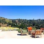 サンタバーバラ(カリフォルニア)  カリフォルニアの原生植物とその生息地を守るために作られ、1000種類以上の樹木や草花を見ることができる、サンタバーバラ・ボタニック・ガーデン(Santa Barbara Botanic Garden)。  1807年に作られた小さなダムや日本の茶室を模したお庭など、歴史文化的なスポットも点在。植物園と言うよりは、トレイルを散策しているようなハイキング気分が楽しめる。  サンタイネス山脈や、北米のガラパゴスとも呼ばれるチャネル諸島を臨む、丘の上の保全センターにて。  #santabarbara #california #botanicgarden