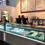 サンタバーバラ(カリフォルニア)  1934年創業の街のアイスクリーム屋さん、マコーネルズ(McConnell's Fine Ice Creams)。  地元産のグラスフェッド・ミルクとクリーム、平飼いの鶏卵を使い添加物不使用。どれも美味しいけれど推しフレーバーは、甘酸っぱいユーレカレモン&マリオンベリーや、カカオの効いたターキッシュ・コーヒー。  L.A.他にもスクープ・ショップの支店あり。  #santabarbara #california #mcconnells #icecream