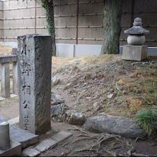 紫式部墓・小野篁墓 謎何ですが、紫式部と小野篁の墓が並んで居ます、何でかなぁ? 小野篁の小野小町なら分かりますがね、  小野篁と小野小町は親戚関係と聞いて居ますので。 何れにしろ此の二人は謎で特に小野小町は晩年は判らない事だらけです。  #サント船長の写真 #歴史的人物の墓 #京都