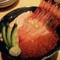 ◆金澤屋吉右衛門(金沢市) カニ、白えび、いくらの3色丼 2800円 観光地価格だし必ず並びますが、、、 回転寿司のようなレーンに丼が流れてきてユニーク◎