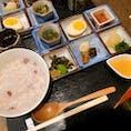 ◆こちかぜ(大阪市天王寺区) 朝がゆセット 800円 かき氷が有名なお店ですが、朝のお粥がおすすめです。 特に生姜あんかけ(右の液体)とおかか(右上)が◎ おかずもひとつひとつ丁寧に作られていて、 心も体もぽかぽかになれます🥰