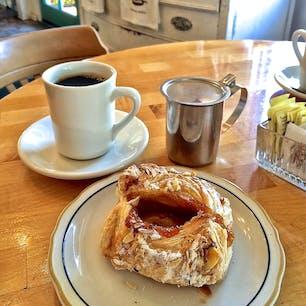 ソルバング(カリフォルニア)  アプリコット・デニッシュとコーヒーでひと休み。モーテンセンズ・デニッシュ・ベーカリー(Mortensen's Danish Bakery)にて。  #solvang #california #cafe #danish #bakery