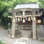 京都三珍鳥居  ② 2つ目の珍しい鳥居は「唐破風(からはふ)鳥居」。 京都御苑内にある厳島神社の「唐破風鳥居」は、 上部の横柱が曲線状に反り曲がっている。 平清盛が寄贈した鳥居だとか。   #鳥居  #サント船長の写真 #神社仏閣 #京都