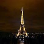 パリ エッフェル塔🇫🇷 NetflixのEmily in Parisを観て、パリに行きたくなって写真を見返してた💭 ど定番だけど夜のエッフェル塔素敵でした❤️ このきらきらライトアップ私はたまたま見れましたが笑、1時間に1回見れるみたいです!