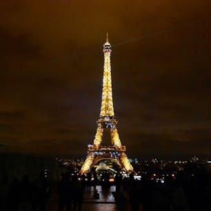 パリ エッフェル塔🇫🇷 NetflixのEmily in Parisを観て、パリに行きたくなって写真を見返してた🥲💭 ど定番だけど夜のエッフェル塔素敵でした❤️ このきらきらライトアップ私はたまたま見れましたが笑、1時間に1回見れるみたいです!
