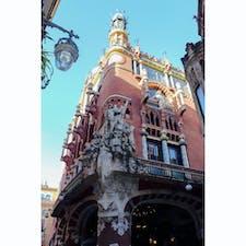 【カタルーニャ音楽堂 】スペイン🇪🇸 スペイン、バルセロナにあるコンサートホールで世界遺産。正面入り口には、音楽堂の守護神、聖人サン・ジョルディ。今でも、ジャズや伝統芸能を楽しむために多くの人がこのホールを訪れている。