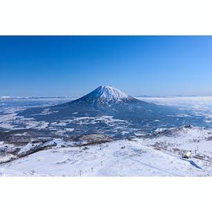 北海道 〜羊蹄山〜 富士山に似ていることから 通称[蝦夷富士]と呼ばれています。 冬のニセコは曇り、雪の日が多く 快晴の日は滅多にないので 綺麗に撮影できたことに感謝です☀️