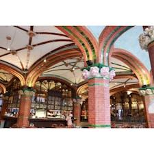 【Cafe El Foyer】スペイン カタルーニャ音楽堂内にあるカフェテリア。 入り口はガラス窓でとてもラグジュアリーな雰囲気に包まれている。天井には陶器のバラが施されている。