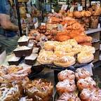 サンフランシスコ(カリフォルニア)  端から端まで大人買いしたくなるほど、どれも美味しそうなパンたち。ランチには、サワードウのブレッド・ボウルに入ったクラムチャウダーを。  ボウディン・ベーカリー(Boudin Bakery & Cafe, Bakers Hall Fisherman's Wharf)にて。  #sanfrancisco #california #bakery #boudinbakery