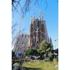 【サクラダファミリア】スペイン🇪🇸  バルセロナにあるアントニ・ガウディの未完作品、世界遺産にも登録されている。全貌は、ガウディの頭の中にしかなかったとも言われており、頼りにできるのはたった1枚のスケッチのみ。このスケッチを頼りに100年以上建設が行われている。