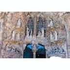 【生誕のファサード 愛徳の門】  救世主イエスの誕生を祝福する彫刻群で飾られているのが特徴。各彫刻では。イエスの誕生にまつわる様々なエピソードや、それに関連した登場人物たちが表現されている。