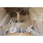 【受難のファサード】  テーマは、キリストの苦悩と悲しみ。最後の晩餐からキリストの十字架磔刑までの場面が12の彫刻群で表現されている。更にその遙か上には復活を遂げた「キリストの昇天」の彫刻も飾られている。