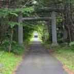 利尻山神社の鳥居 鴛泊フェリーターミナルから徒歩20分ほどの場所に、利尻島一のパワースポットで利尻山神社の鳥居です。  #サント船長の写真 #鳥居