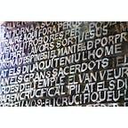 【福音の扉】サグラダファミリア キリストの生涯の最後の二日間を新約聖書から約八千の文字で抜粋された福音書の一部が、レリーフとして刻み込まれている。