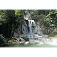 ラオス・ルアンパバーンから車で約1時間のところにあるクアンシーの滝。エメラルドグリーンの滝壺では泳ぐこともできます。 #ラオス #滝