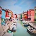 イタリアの、ブラーノ島。 漁師さんが自分の家を見つけられるようにと、壁に色を塗ったそうです。 どこまでもカラフルで鮮やかな島です🌴