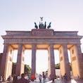 ドイツ ベルリン ブランデンブルク門 東西分裂時は東ドイツに属していた為通行が出来なかったそうです。今は平和の象徴としてユーロ硬貨にも描かれています。高さ26mもあり、遠くからじゃないと写真に収まらなかったです。