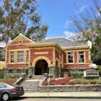 サンルイス・オビスポ(カリフォルニア)  元は1905年に建てられたカーネギー図書館で、現在は歴史博物館として利用されている。1995年に、国家歴史登録財に指定。  L.A.とサンフランシスコの中間くらいに位置する街、サンルイス・オビスポ(San Luis Obispo)、通称SLOにて。  ナショナル・ジオグラフィックから書籍も出版している冒険家、ダン・ビュトナー氏が、地球上で最も幸せな4都市の中に選んだことがある、カリフォルニア州の中でも最古級の街。  幸せのパラドックスと言う言葉もあるように、それを測る指数や基準は、物質的な富や外から見て魅力的に見えることではなく、生活する人々のコミュニティの中での人間関係や、心身の幸福感によって健康な状態であることが、幸せの価値として反映されているそう。  住民の約4割がボランティア事業に従事していると言うデータもあり、1000以上のNPO団体が存在するとか。  アートやスポーツへのサポートも手厚く、トライアスロンの大会やコンサートを始め、例年さまざまなフェスティバルが開催される。  大学のキャンパスもある若い雰囲気の中で、仲間と連れ立つシニアのサイクリストなども多く、幅広い年齢層が集う。  1772年に建てられたミッション(伝道所)やミュージアムなど、歴史文化に触れる場所もありつつ、ショッピング・エリアやファーマーズ・マーケット、憩いの公園、地元のクラフト・ビールにカフェも充実。  セントラル・コーストで最もおいしい日本食レストランと評判のGoshiや、少し車を走らせればビーチやワイナリー、温泉があり、訪れるたびに違う要素を楽しめる。  #sanluisobispo #california