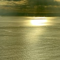 夕焼けに映える黄金色の江の島の海