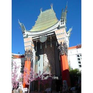 ロサンゼルス(カリフォルニア)  ハリウッド大通りに建つ、チャイニーズ・シアター(TCL Chinese Theater)。  中国風の寺院建築の劇場で、1927年に開館。  元々、グローマンズ・チャイニーズ・シアターだった劇場名は、マンズ・チャイニーズ・シアターを経て、2013年に中国の電機メーカーTCL Corporationが命名権を獲得し、TCLチャイニーズ・シアターへ変更。  封切館として、上演され続けている。  #losangeles #hollywood #tclchinesetheater #california