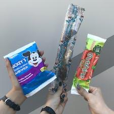 . 日本のディズニーで販売しているアイスとは種類が違うものがあり、パッケージはどれも可愛かったです🧊 . 左から サンドアイス/冷凍チョコバナナ/フルーツキャンディー