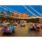 アナハイム(カリフォルニア)  黄昏どきの、ルイージのローリッキン・ロードスター(Luigi's Rollickin' Roadsters)。  ディズニー・カリフォルニア・アドベンチャー・パーク(Disney California Adventure Park)のカーズランドにて。  ラジエーター・スプリングスで開催されるレース・デーをお祝いするため、ルイージ(フィアット500)のタイヤ店の裏庭を、イタリアのダンスフロア風に改造。  故郷から集まったいとこ達、総勢20台(ロードスター)が前後左右に滑るように動いたりスピンしたり、隊列を成したりと、イタリアの音楽に合わせて踊る。ライトアップが始まると、一層パーティー感が溢れて街の雰囲気も華やぐ。  東京ディズニー・シーにある、アクアトピアの地上バージョンのような感じ。幅広い年齢層が楽しめる、ここだけのアトラクション。  アナハイムのディズニーランドに隣接する、ディズニー・カリフォルニア・アドベンチャー・パークは、カリフォルニア州の歴史と文化をテーマに2001年に開園。  面積はディズニーランドより1割ほど小さく、7つのランドから成る。フロリダ州にあるディズニー・ワールドのエプコット(EPCOT)同様、大人志向に作られているのでお酒も提供され、レストランやショッピング関連もデザイン性重視。  フリーフォール型のアトラクション(Guardians of the Galaxy)や、ゴンドラが大きく揺れる観覧車(Pixar-Pal-A-Round)、世界最大級のウォーター・スクリーンと噴水の水上ショー(World of Color)、園内のハイライト的なラジエーター・スプリングス・レーサー(Radiator Springs Racers)、ミスター・インクレディブルがテーマのローラー・コースター(Incredicoaster)、ピクサーのキャラクターたちに会えるピクサー・ピアなど、ピクサー多めのウォルト・ディズニーの世界が楽しめる。  2021年は、アベンジャーズをテーマにしたエリアもオープン予定。  #cars #california #adventurepark #anaheim #carsland