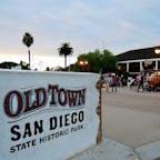 サンディエゴ(カリフォルニア)  サンディエゴ発祥の地として知られる、オールドタウン(Old Town)。30キロほど南に行けば、メキシコとの国境。  1774年にやって来たスペインからの開拓者を始め、ヨーロッパからの入植者たちが集落を作ってカリフォルニアで最初に定住した街。  アメリカとメキシコの文化が融合しながら栄えた、1800年代の街並みが再現された歴史公園になっていて、お土産物屋さん、レストラン、カフェ、博物館や資料館などが並ぶ。  #sandiego #california #oldtown