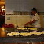 サンディエゴ(カリフォルニア)  次から次へと手際良く、トルティーヤを焼くお母さん。オールドタウンにて。  #sandiego #california #oldtown