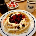 サンディエゴ(カリフォルニア)  苺とブルーベリーのワッフル。アイホップ(IHOP)で軽く朝食。  #sandiego #ihop #california
