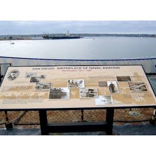 サンディエゴ(カリフォルニア)  航空母艦ミッドウェイ(USS Midway Museum)からの、サンディエゴ・ベイの眺望。  アメリカ海軍航空隊、発祥の地。海軍初の水上飛行機は、ライト兄弟の最大のライバルと言われたアメリカ航空機産業の創始者、グレン・カーティスが手がけた。  映画「トップ・ガン」でもお馴染み、エリート中の1%のエリート戦闘機パイロットが12週間の訓練プログラムを受けるアメリカ海軍戦闘機兵器学校も、同作品の制作当時はサンディエゴ近郊のミラマー海軍航空基地にあった。現在はネバダ州に移転。  #sandiego #ussmidwaymuseum #california