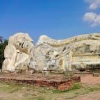 タイ アユタヤ ワット ロカヤ スタ 青空の下、のびのびと横たわる涅槃像