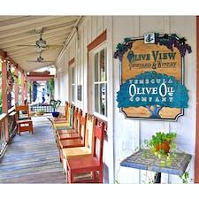 テメキュラ(カリフォルニア)  エクストラ・バージン・オリーブ・オイルのテイスティングや販売をしているお店、オリーブ・オイル・カンパニー(Olive Oil Company)。  家族経営で様々な種類のオリーブを栽培。オリーブ園を巡りながら栽培方法や、伝統的なコールド・プレス製法などについて学べるツアーもある。  1,700年代から葡萄の栽培が行われてきたテメキュラ(Temecula)は、カリフォルニア・ワインの5大産地のひとつ。アメリカ国内で最初にワインが作られた場所としても知られていて、オリーブの栽培にも適しているそう。  サンディエゴから1時間くらいの郊外にあるこの街には、10軒ほどのワイナリーが点在する他、アンティークや占い、ガーデニング、カフェ、雑貨などのお店が並ぶオールド・タウンの散策も楽しい。  例年初夏に、熱気球とワインのフェスティバルが開催される。  #temecula #california #winery