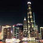 上海黄浦江クルーズ船から ギラギラです 右にあるのが一番高い上海中心タワーです もちろん上りました(18年)