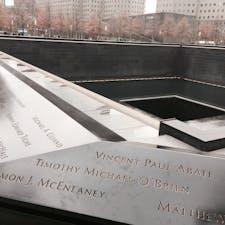 NY ワールドトレードセンター跡地🇺🇸 2つの大きな滝のモニュメントには犠牲になった方々の名前が刻まれています