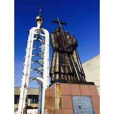 【🇷🇺Россия/Владивосток】 聖キリルとメトディオス像 鷲の巣展望台の上部には、 ロシア語のアルファベットを作った聖キリルとメトディオス像が立っている。 聖キリルの名前をとって、キリル文字という。
