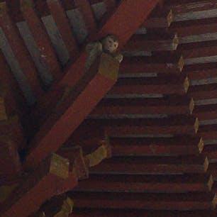 大社を護っている神猿(まさる) 楼門の四隅を支えています。