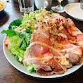 軽井沢のベーカリー沢村 ローストビーフサラダは、圧巻のボリューム。 観光客?で大盛況でした。