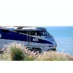 ゴリータ(カリフォルニア)  ハイウェイと並行に走るアムトラックのコースト・スターライト(Coast Starlight)号。  36時間かけてシアトルとL.A.を結ぶ西海岸縦断の旅は、シーズン料金適用、寝台車を予約すれば食事も込みとのこと。  ロード・トリップも楽しいけれど、道中ものんびり満喫できると根強い人気がある鉄道旅行。暖かい季節に、アムトラックで旅したい。  #goleta #california #amtrak