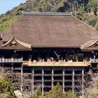清水寺の舞台 (京都)  清水寺の舞台 「清水の舞台」として知られている清水寺の本堂。   現在の建物は、徳川家光の寄進により1633年(寛永10年)に再建されたもので国宝。  #サント船長の写真 #京都