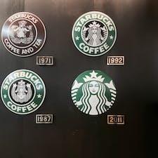 🌏福岡県北九州市 📍スターバックス門司港駅店  旅ナカスタバシリーズ 駅の待合室を利用した店内に ロゴの変遷飾ってあった